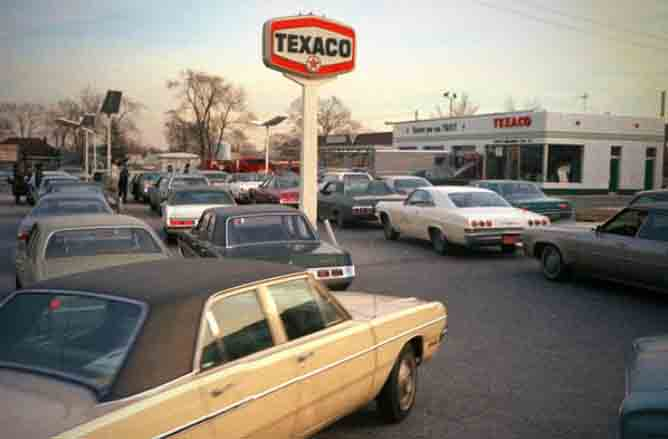 Gas rationing: Not an unusual sight in 1979, long lines at the pump. Image source: Theblaze.com